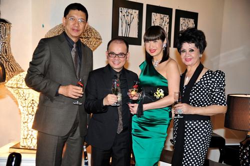 Vợ chồng Ý Lan chụp ảnh với người bạn thân thiết, doanh nhân Dương Quốc Nam (thứ hai từ trái qua) và doanh nhân Thu Xuân (ngoài cùng bên phải).