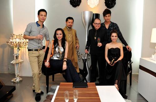 Hai người đẹp chụp ảnh cùng nhà thiết kế Hoàng Hải (ngoài cùng bên trái), hai doanh nhân Hùng Cửu Long, Dương Quốc Nam và người mẫu