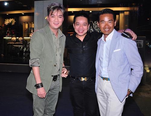 Ca sĩ Đàm Vĩnh Hưng cũng góp mặt tại sự kiện này. Mr Đàm chụp ảnh với doanh nhân Huy Cận (ở giữa) và nhà thiết kế người Việt ở châu Âu - Quách Thái Công