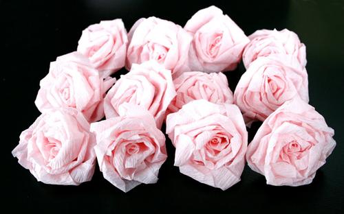 Bạn chú ý làm nhiều bông hoa sao cho phủ kín quả cầu, tránh để lộ những khoảng trống xốp màu trắng không đẹp mắt.