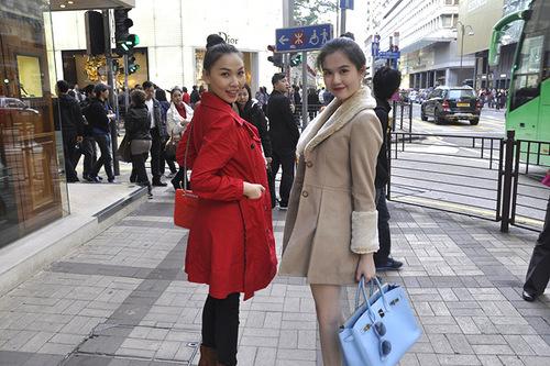 Hồng Kông dịp cuối năm trời se lạnh rất dễ chịu. Như những khách du lịch khác, Ngọc Trinh rất gợi cảm trong đôi ankle boot, mặc váy ngắn hay short, choàng áo khoác dạ ấm áp, tự tin sải bước trên phố.