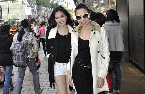 Chuyến đi cũng rơi vào mùa sale lớn của năm, nên cô tranh thủ cùng người bạn thân là diễn viên Quỳnh Thư dạo qua các phố lớn và trung tâm thương lại lớn để thỏa mãn niềm đam mê mua sắm.