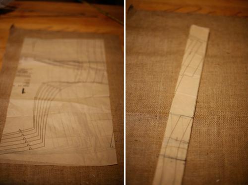 Cắt những mảnh giấy báo, giấy cũ thành hình chữ nhật, chiều dài 40 cm, chiều rộng 20 cm. Gập giấy làm 6 lần, để có được những dải giấy dài khoảng 5 cm.