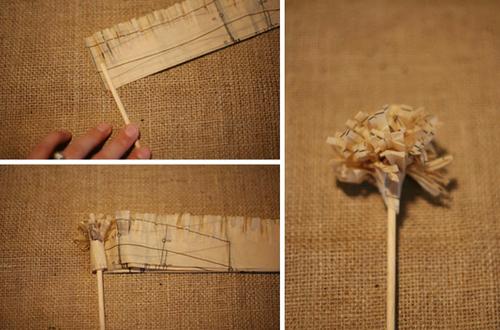 Tiếp tục sử dụng thanh gỗ nhỏ, quấn giấy vào thanh gỗ như hình.