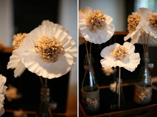 Bạn nên tìm những chiếc lọ xinh xắn để cắm các bông hoa giấy này và đặt trong các bàn tiệc.