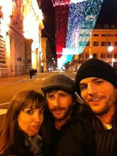 Ashton Kutcher khoe ảnh đi chơi Giáng sinh cùng nhà viết kịch Lorene Scafaria.