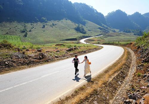 Đôi uyên ương trong bộ ảnh 'Phía cuối con đường có em' chụp ảnh ở con đường cong nổi tiếng, nằm trên bản Loóng Luông.