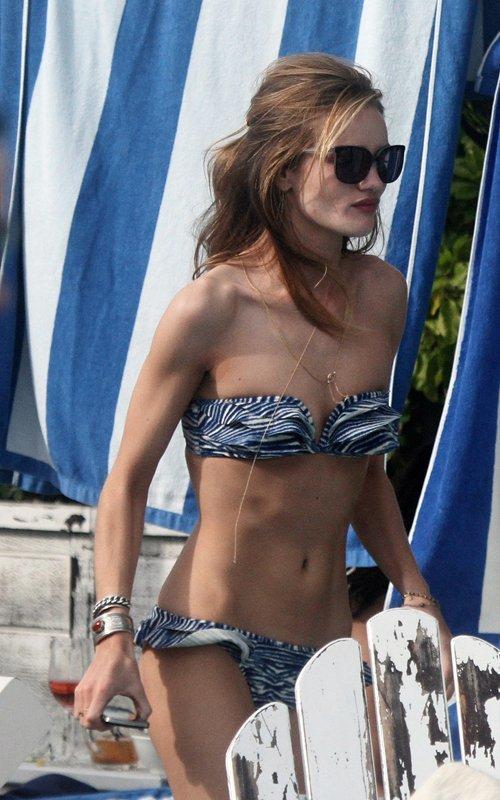 Gương mặt của Rosie Huntington-Whiteley kém tươi khi đi tắm biển cùng người tình.
