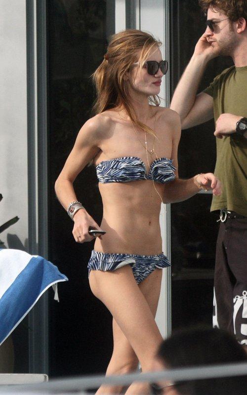 Mỹ nhân nổi tiếng của 'Transformers' khoe cơ thể gầy gò khi diện bikini đi tắm biển.