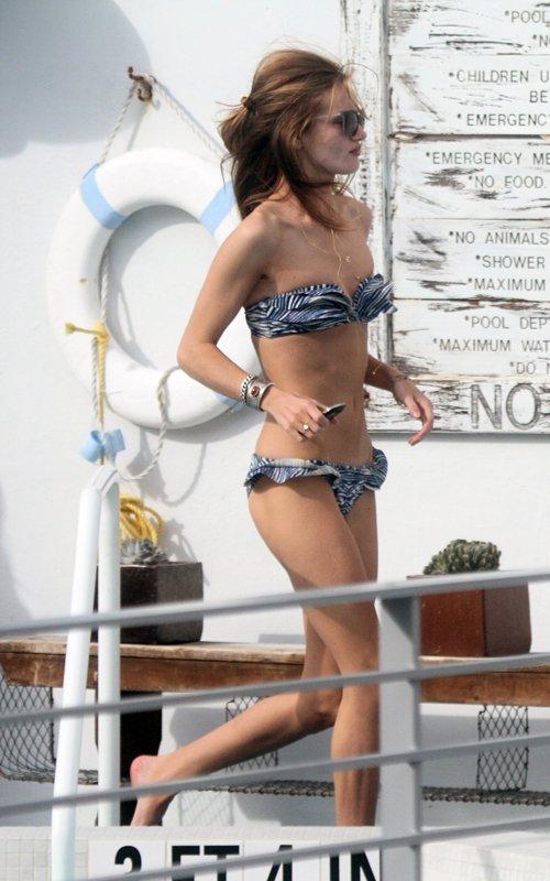 Rosie Huntington-Whiteley lộ ngực phẳng lì dù cô từng là mẫu nổi tiếng của hãng nội y Victoria's Secret.