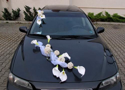 Sử dụng vài vật dụng trang trí đơn giản, kèm theo một vài bông rum trắng sẽ tạo điểm nhấn cho chiếc xe hoa màu tối.