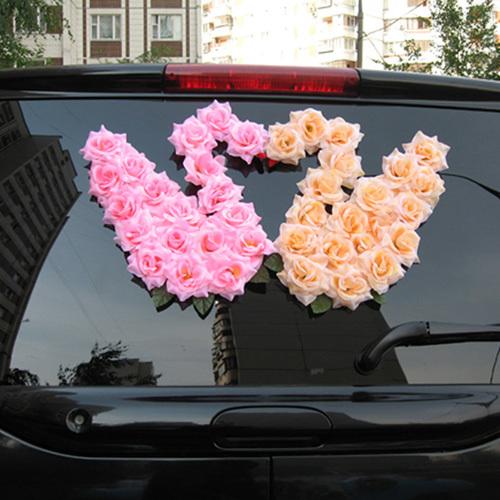 Những bông hồng giả đôi khi cũng được sử dụng để tạo hình ấn tượng ở phía sau của xe hoa.