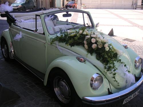 Hồng và ly là hai loại hoa được chọn nhiều nhất khi trang trí xe hoa.
