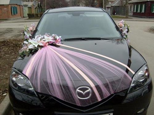 Những lớp voan mỏng cũng được sử dụng để làm mềm mại chiếc xe cô dâu.