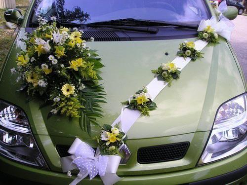 Chủ yếu sử dụng tông màu vàng, những bông ly nhỏ và cúc nhìn đẹp tự nhiên khi có lớp lá 'hỗ trợ' phía dưới.