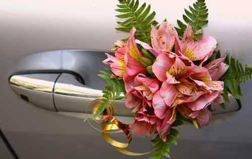 Toàn bộ xe và tay cầm đều được sử dụng đồng nhất một loại hoa ly, giống như hoa cầm tay cô dâu.