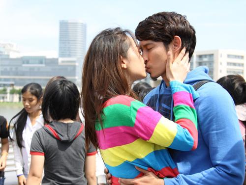 Được coi là 'chàng Don Juan' của màn ảnh Việt, Huy Khánh diễn xuất khá dễ dàng và tự nhiên trong các pha khóa môi với Minh Hằng.