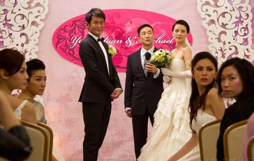 ... đám cưới bị gián đoạn bởi một nhân vật lạ, người này kéo tay cô dâu để chạy trốn.
