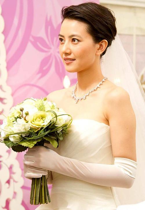 Hình ảnh Cao Viên Viên diện váy cưới lộng lẫy bước vào thánh đường