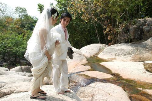 'Yêu nhau mấy núi cũng trèo, mấy sông cũng lội, mấy đèo cũng qua'.