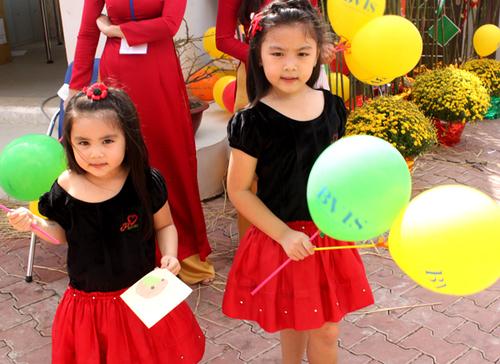 Hai cô bé rất hào hứng khi được tham gia nhiều trò chơi và được tặng các phần quà ngộ nghĩnh.