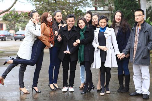 Hai vợ chồng Diệu Hương tình cảm nắm tay nhau khi cùng pose ảnh kỷ niệm với Á hậu Thùy Trang (thứ 2 từ phải sang) và đoàn nghệ sĩ đi từ thiện.