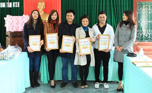 Cô cùng mọi người nhận tấm bằng kỷ niệm của Trung tâm bảo trợ trẻ em vì những đóng góp.