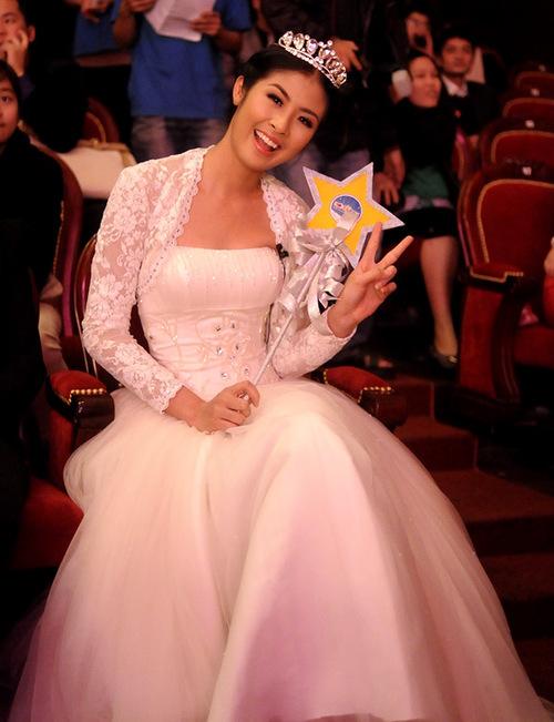 """Ngọc Hân vừa là thành phần ban tổ chức vừa kiêm luôn vai trò đại sứ cho cuộc thi """"Ngôi sao nhí"""". Trong đêm gala trao giải diễn ra vào cuối tuần qua tại Hà Nội, Hoa hậu khiến không ít người trầm trồ khi xuất hiện như một nàng công chúa đáng yêu."""