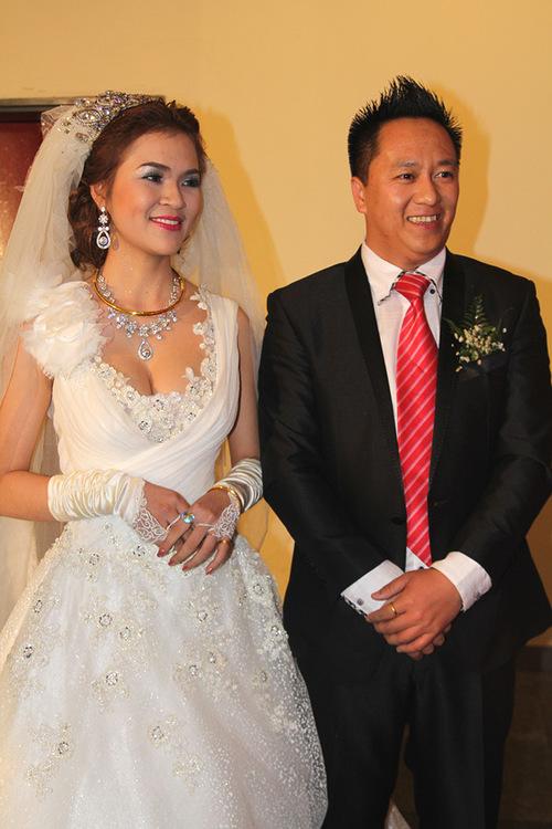 Nữ hoàng Trang sức Diễm Hương hạnh phúc khi ông xã lo toan mọi công việc chuẩn bị cho Tết truyền thống.