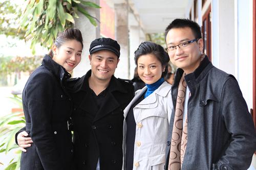Vợ chồng Diệu Hương (phải) đi từ thiện ở Quảng Bình dịp trước Tết âm lịch.