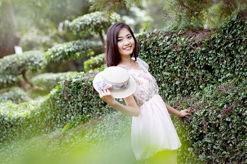 Với má lúm đồng tiền xinh xắn, Ninh Hoàng Ngân là một trong những gương mặt được yêu mến tại vòng chung kết Hoa hậu Thế giới người Việt 2010. Cô sinh viên Đại học Tôn Đức Thắng từng lọt vào top 15 cuộc thi và giải phụ Người đẹp Thời trang.