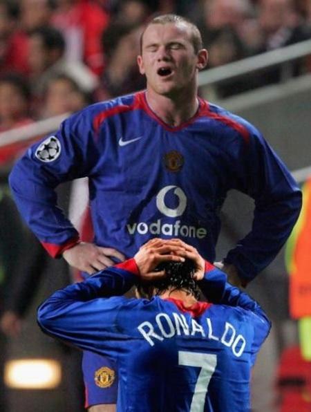 Khoảnh khắc 'ngẫu hứng' của Ronaldo và Rooney.