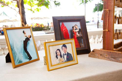Ngoài hoa, bàn đón tiếp khách còn có những hình ảnh cưới đáng yêu của cặp cô dâu chú rể.