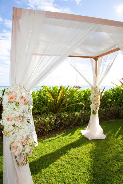 Ngoài ra, đám cưới có một khu làm lễ riêng, được dựng sát bãi biển.