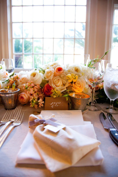 Hoa tươi xuất hiện ở khắp mọi nơi, từ bàn tiệc, sảnh, tới cửa sổ, cửa chính.