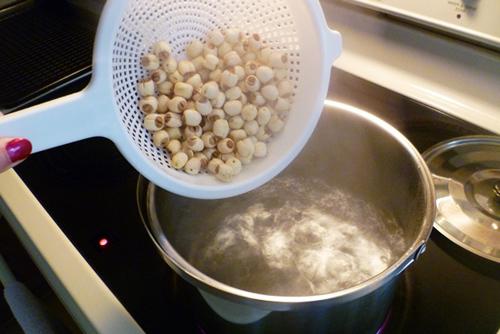Luộc hạt sen khoảng 30 phút.