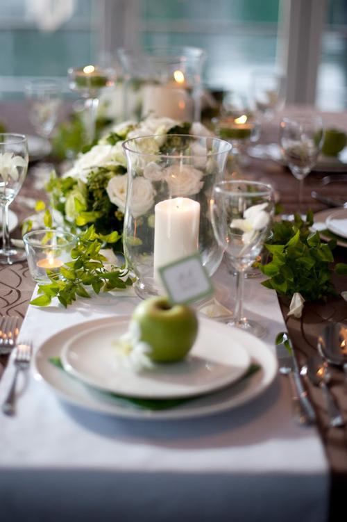 Trên mỗi bàn tiệc đều có một cây nến lớn để không gian thêm ấm cúng.