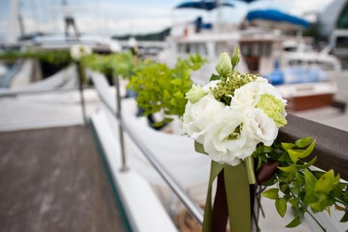 Ngoài ra trên tàu đều có những chùm hoa nhỏ và cây xanh bao quanh.