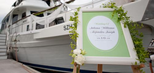 Đám cưới được tổ chức trên một du thuyền, phần boong tàu được trang trí bằng các dải lụa mỏng.