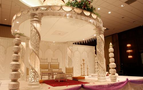 Bạn nên chọn hội trường có sảnh tiệc cầu kỳ, hoặc bạn cũng có thể tự dựng một chiếc cổng hoa đẹp như ở cung điện.