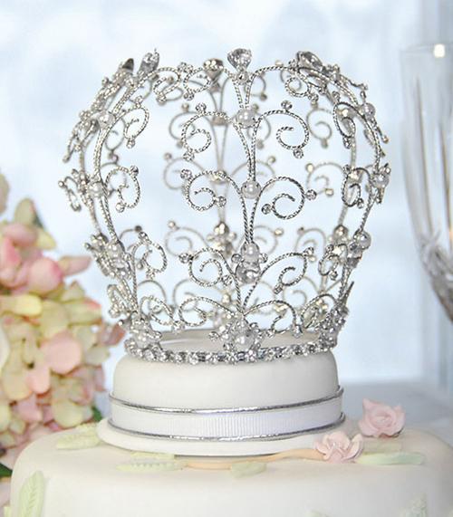 Chiếc bánh cưới được trang trí bằng vương miện sẽ là điểm nhấn ấn tượng cho đám cưới.