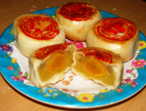 Những chiếc bánh pía thơm hương sầu riêng đặc trưng của vùng đất Nam Bộ.