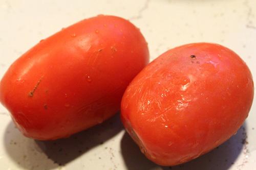 Cà chua rửa sạch, thái lát.