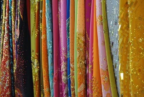 Tại các chợ, các kiểu vải thêu, đính kim tuyến sẵn cũng được bày bán rất nhiều.