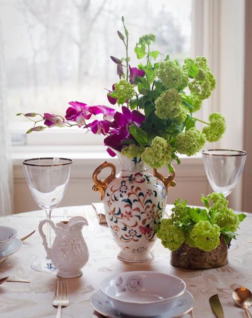 Một chiếc bình độc đáo sẽ tôn những bông hoa của bạn.