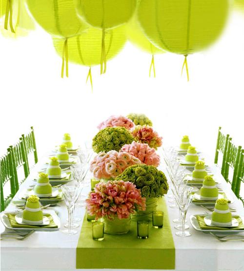 Với hoa hồng, bạn có thể cắt những bông hoa bằng nhau rồi thả vào lọ.