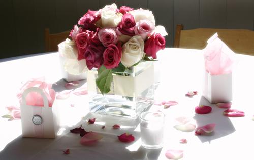 Một bình hoa nhỏ xinh đặt giữa bàn tiệc sẽ khiến đám cưới của bạn thêm sinh động.