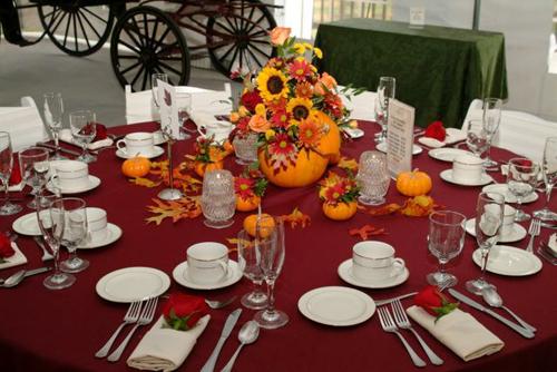 Nếu đám cưới của bạn diễn ra vào mùa Halloween, bạn có thể cắm hoa trong những quả bí ngô.