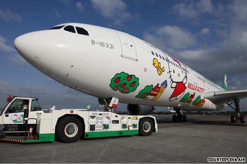 Hãng EVA Air vừa tung ra ba máy bay lấy cảm hứng từ chú mèo Hello Kitty nổi tiếng. Khách hàng có thể nhìn thấy chú mèo đáng yêu này ở mọi nơi của máy bay, từ thân máy bay cho đến các tiếp viên hàng không và các món ăn.