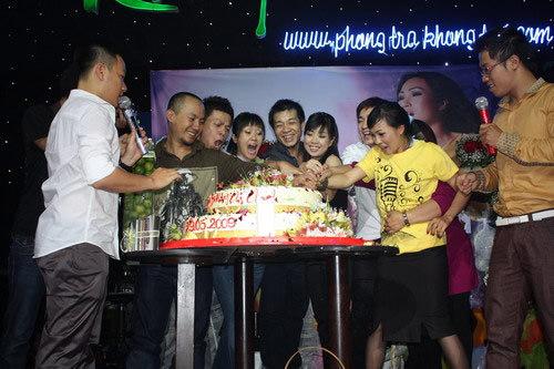 Phương Thanh ca hát trong tiệc sinh nhật của mình.
